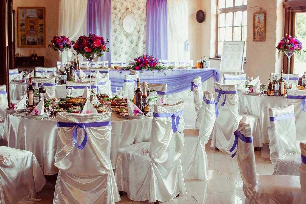 Az esküvői dekoráció elengedhetetlen kelléke – A székszoknya