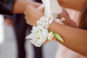 Esküvői dekoráció: csuklódísz a koszorúslányoknak