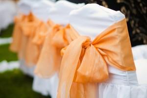 Elegáns esküvőt tervez? Ne felejtse el a székszoknya bérlést!